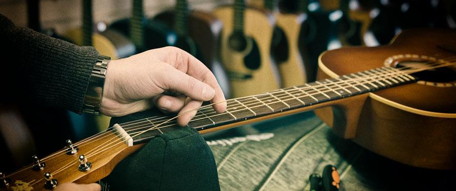 Hvordan stemmer man en guitar?