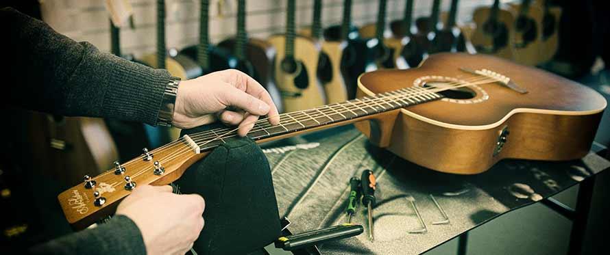 Sådan sætter du nye strenge på en spansk guitar